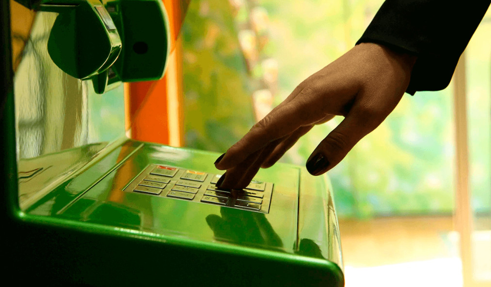 Условия получения и пользования кредитками предполагают бесплатное внесение наличных через банкомат для оплаты долга